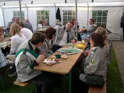 Der Biergarten ist gut besucht. Die Gilde- und befreundeten Vereine sind zahlreich dem Ruf der Werster gefolgt.