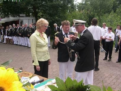 Präsident Gerd erleichtert Sandra und Horst von den Königsutensilien. Das war's für die Beiden