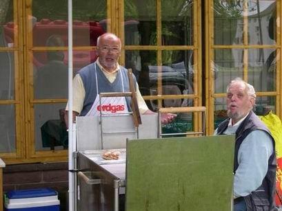 Währenddessen zeigen sich Walter, Horst-Dieter und Ina für die Verpflegung verantwortlich