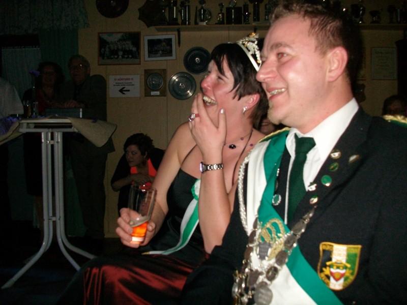 Das Königspaar amüsiert sich königlich
