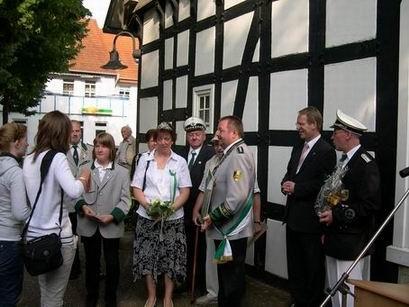 Am Harre Hof wurden die Gäste traditionell vom Vorsitzenden Gerd Tschernay und einem Vertreter der Stadt, in diesem Jahr erstmals dem Bürgermeister persönlich, begrüßt.