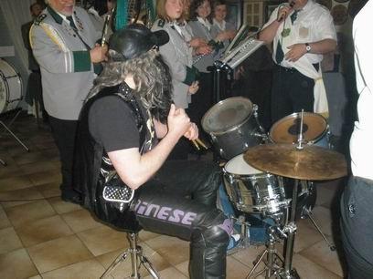Mann, der ist auch Drummer.