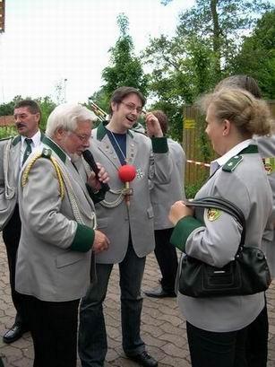 Sven Otto holt sich den Reichsapfel, die Trophäe des Spielmannzugkönigs.