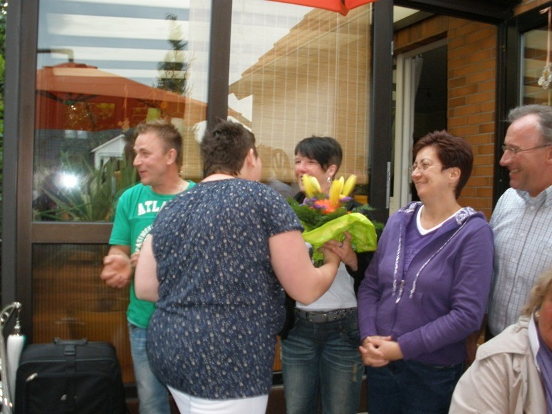Als Dank für die Einladung gibt es Blumen für die Königin...