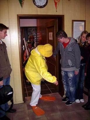 Warum ist die Adjutantin denn in gelb gekleidet und wen zerrt sie da hinter sich her?