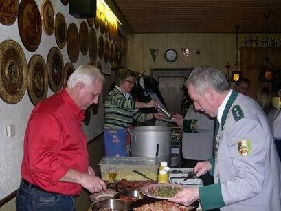 Oberst Kurt Gerlach und seine Frau Ulrike haben zur Stärkung erst einmal ein deftiges Essen vorbereitet.