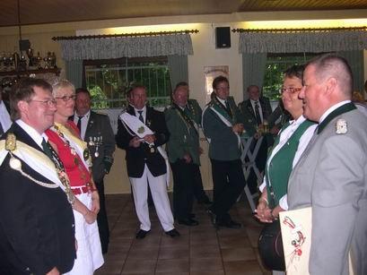 Die Menninghüffer Freunde lassen es sich nehmen unsere Majestäten ganz offiziell zu begrüßen und ein Präsent haben sie auch mitgebracht.