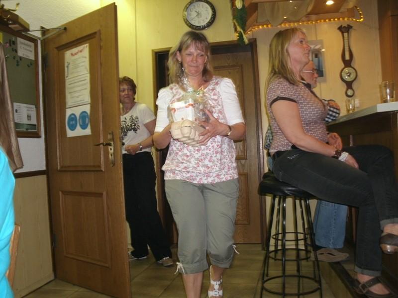 Die Damen haben die Geschenke für die Teilnehmer...