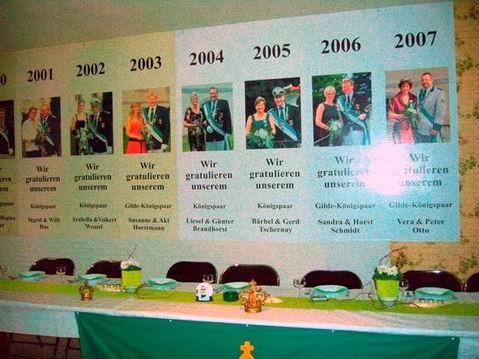 Das Königspaar hat die Tafel festlich gedeckt und viele sind erschienen um den Hoheiten die Ehre zu erweisen.