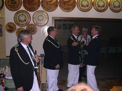Bevor die Wanderpokale weitergereicht werden, erhalten Waltraut Schubert und Volkert Wensel, die letztjährigen Sieger, ihren Erinnerungspokale vom Vorsitzenden Gerd Tschernay überreicht.