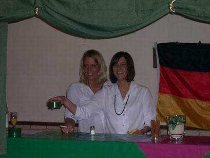 ...und die Halstenberg-Töchter sorgen in der Bar für Stimmung.