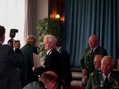 Die Kölner Medaille aus der Hand des WSB-Vorsitzenden.