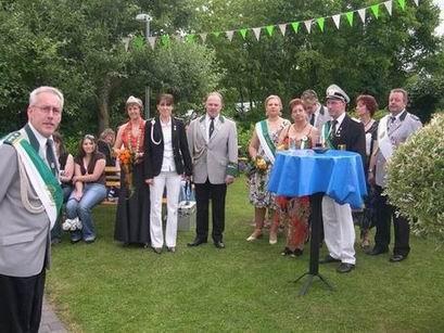 Das scheidende Königspaar Gaby und Andreas hatten zum Umtrunk in den Garten des Adjus eingeladen