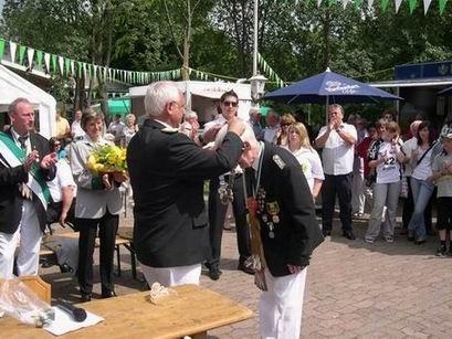 Oberts Kurt übergibt die Insignien der Regentschaft an Egon, den neuen Kaiser