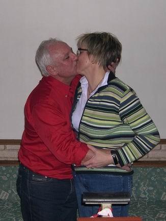 Nach unzähligen Jahren des vergeblichen Kampfes schafft unser Kurt Gerlach es zum ersten mal. Da hat er sich den Kuss von Ulrike wohl verdient.