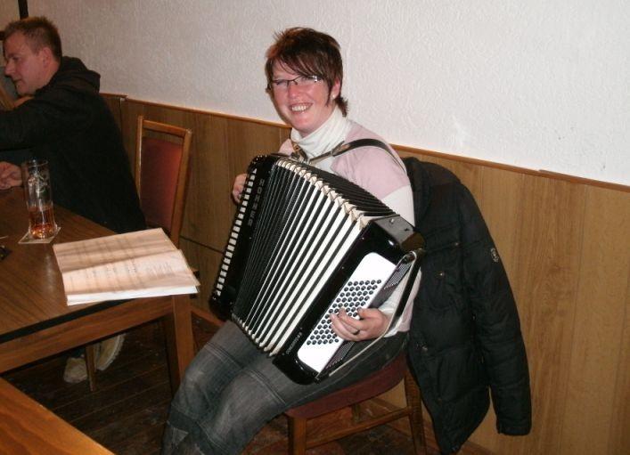 Anja hat das Akkordeon mitgebracht...