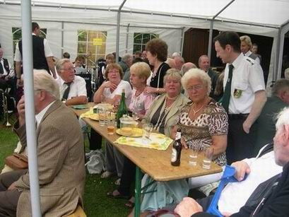 ......die Gäste haben sich bei traumhaftem Wetter wieder zahlreich eingefunden.