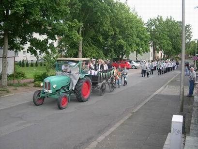 Auf ging's dann mit Traktor und musikalischer Begleitung zum Harre Hof um die Gäste zu begrüßen.