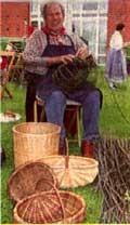 Beim Heimatfest zeigt Karl Sebbel das Korbmacherhandwerk.  (Fotos: WAZ, Archiv, R. Raffalski)