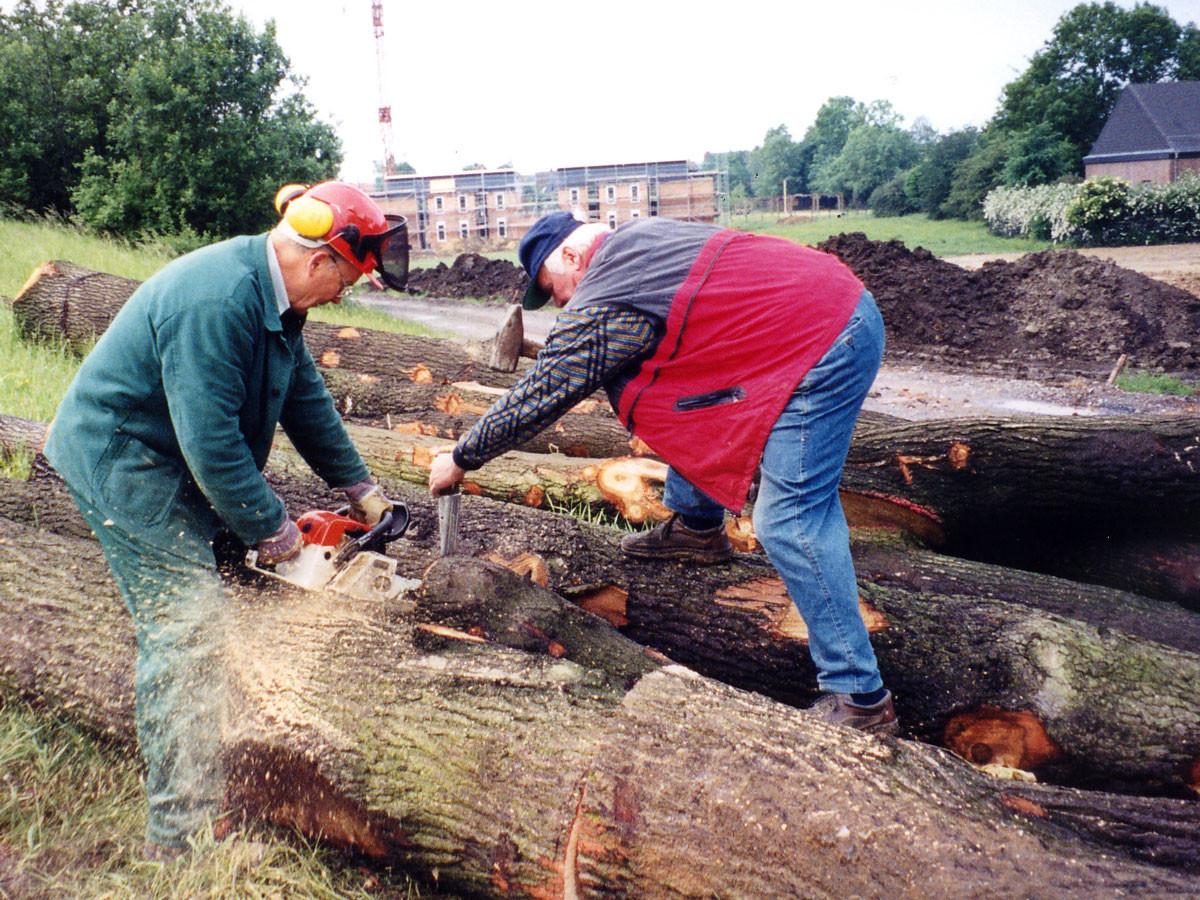 Albert Kortenbusch und Josef Schröer besorgen das Holz