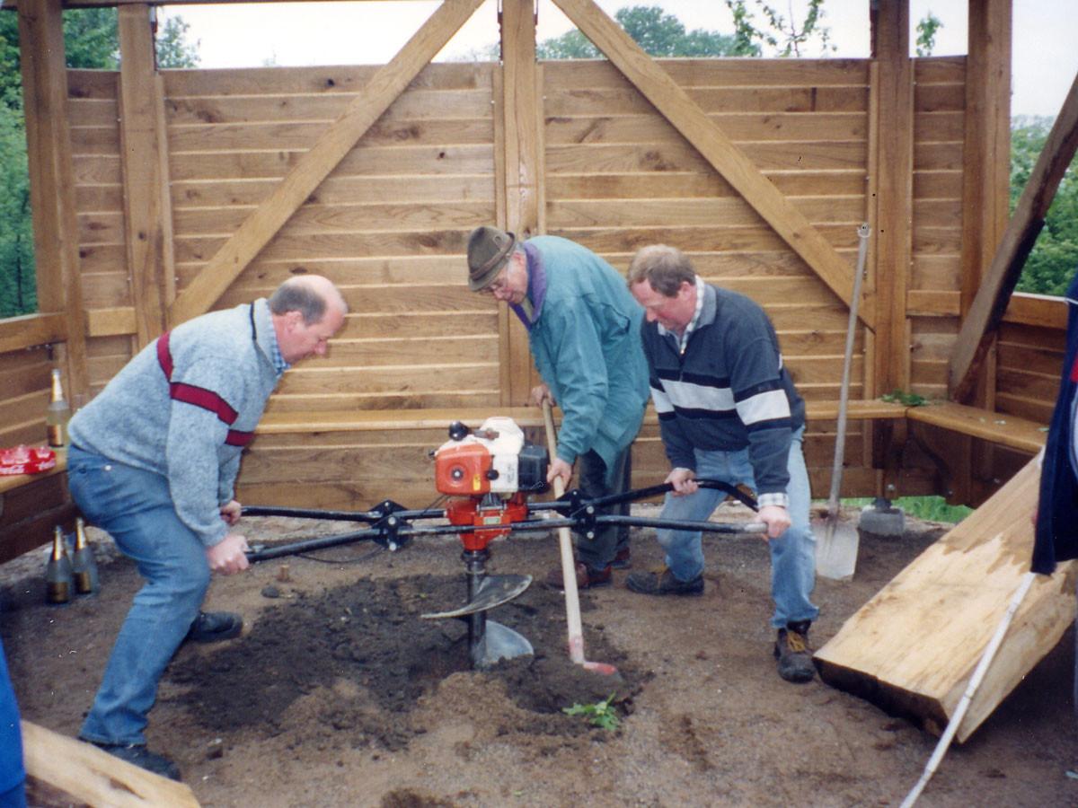 Eberhard Maikötter und Heinz Pieper unterstützt von Anton Bergmann erstellen das Loch für das Tischfundament