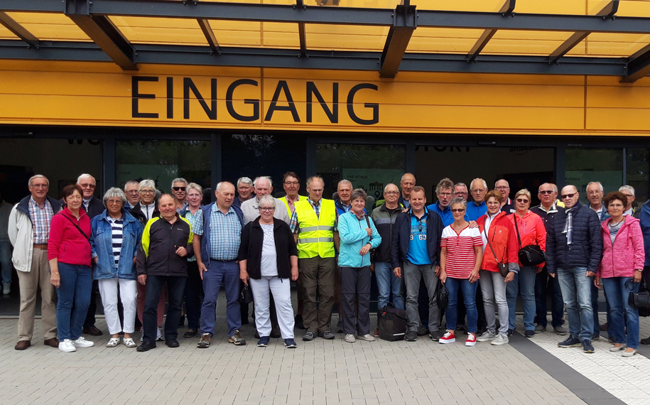 Gruppenbild vor dem Eingang der Werkhalle Amazon