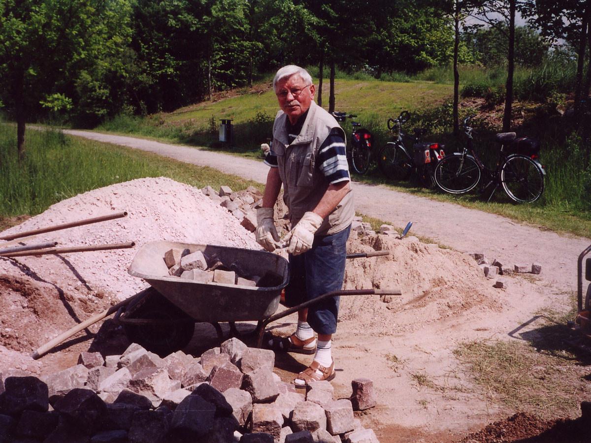 Fritz Hatebur beim Pflastern des Vorplatzes