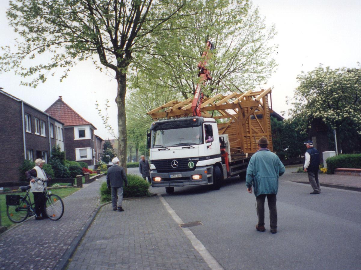 Das Gerüst wird vom Grundstück bei Pellmann abgeholt
