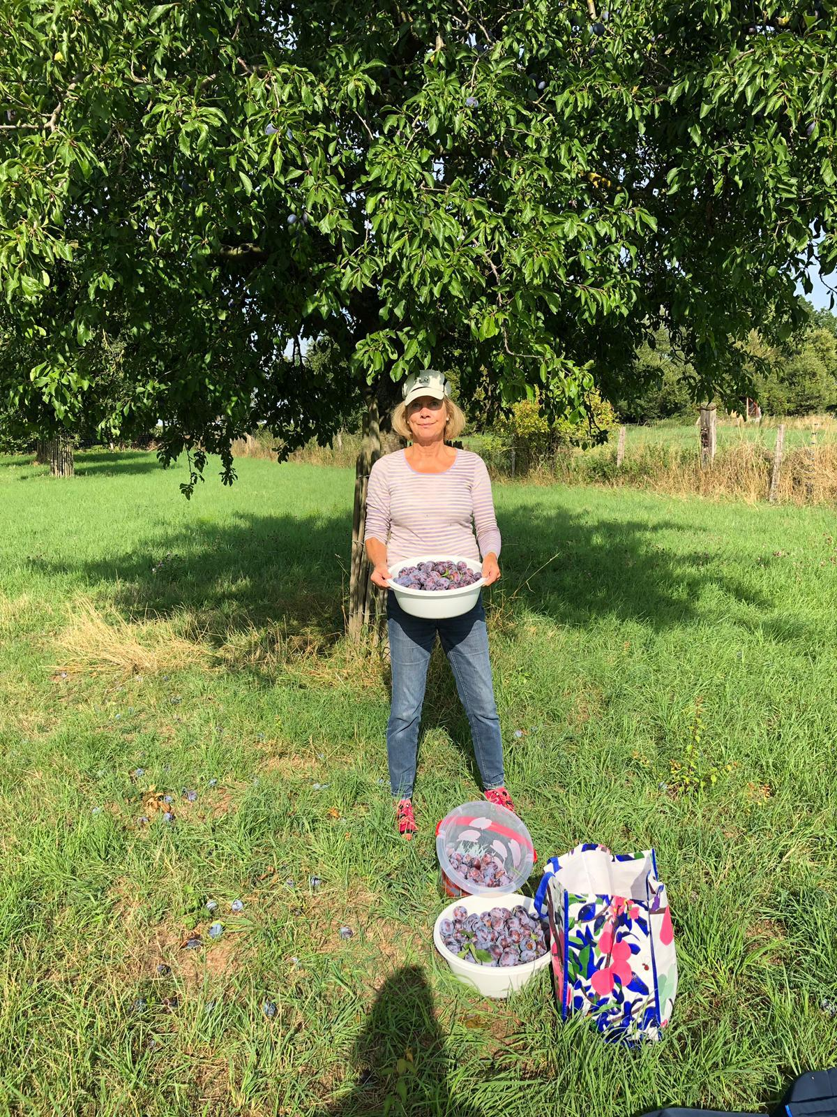 Marion mit ihrer Ernte. Foto: Elke Schönartz