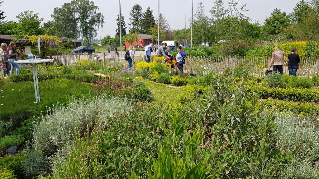 Menschen im Nabunten Garten