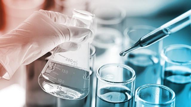 Insbesondere die Chemieindustrie benötigt eine perfekte Kennzeichnung