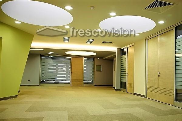 In weiß, ohne Deckenbild Motiv, als große runde Praxis-Deckenlampe eingebaut.