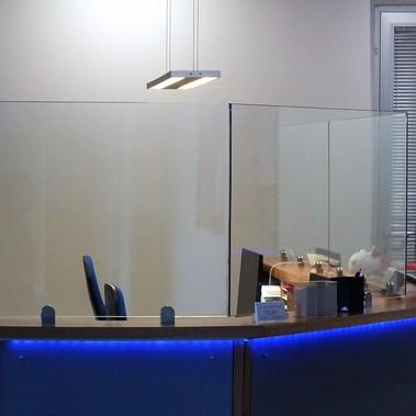 Infektionsschutzscheibe aus Glas, fest montiert.