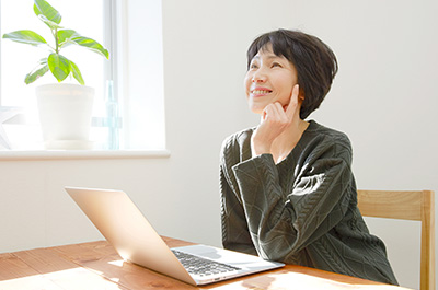 無料診断・見積もりなどのお問い合わせをしようとしている女性