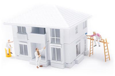 家を塗装しているフィギュア模型