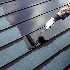 屋根塗装をしている画像