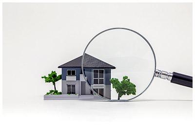 家を虫眼鏡でじっくり見ているイメージ
