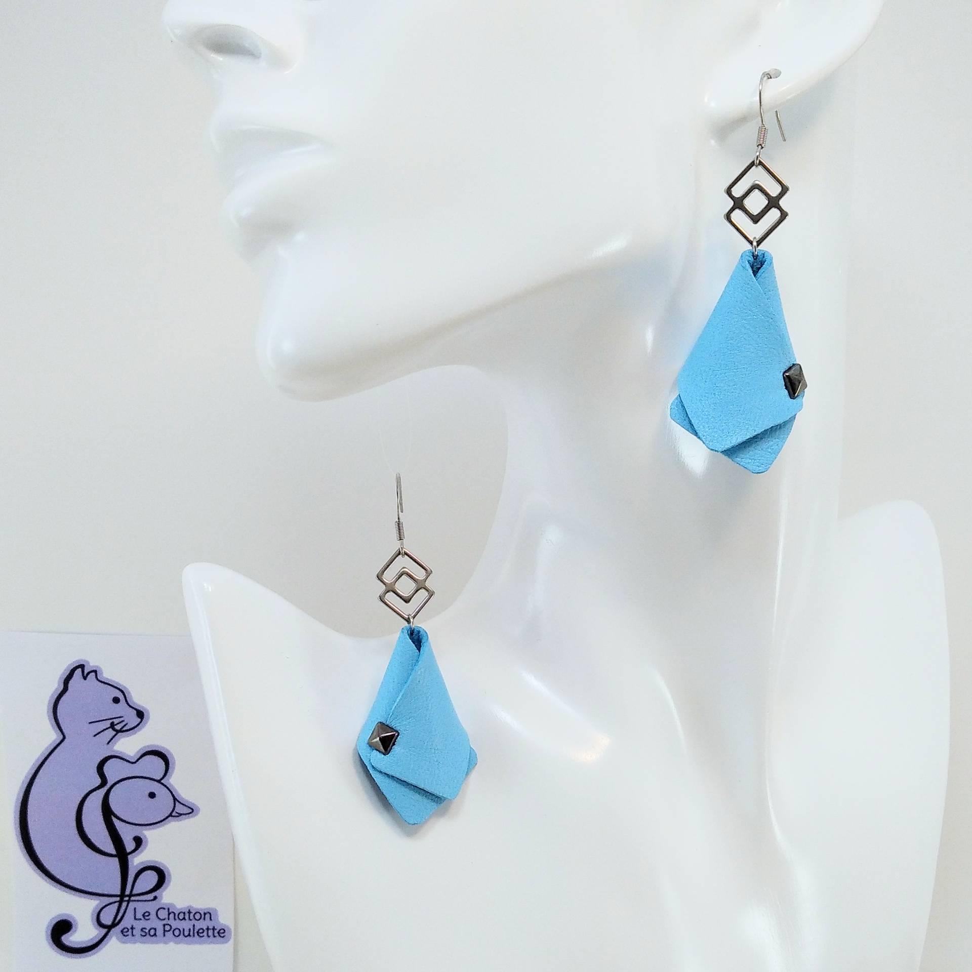 BO FORMIDABLE modèle VAL Cuir bleu azur, breloque inox carrés entrelacés et carré diamant laiton noir
