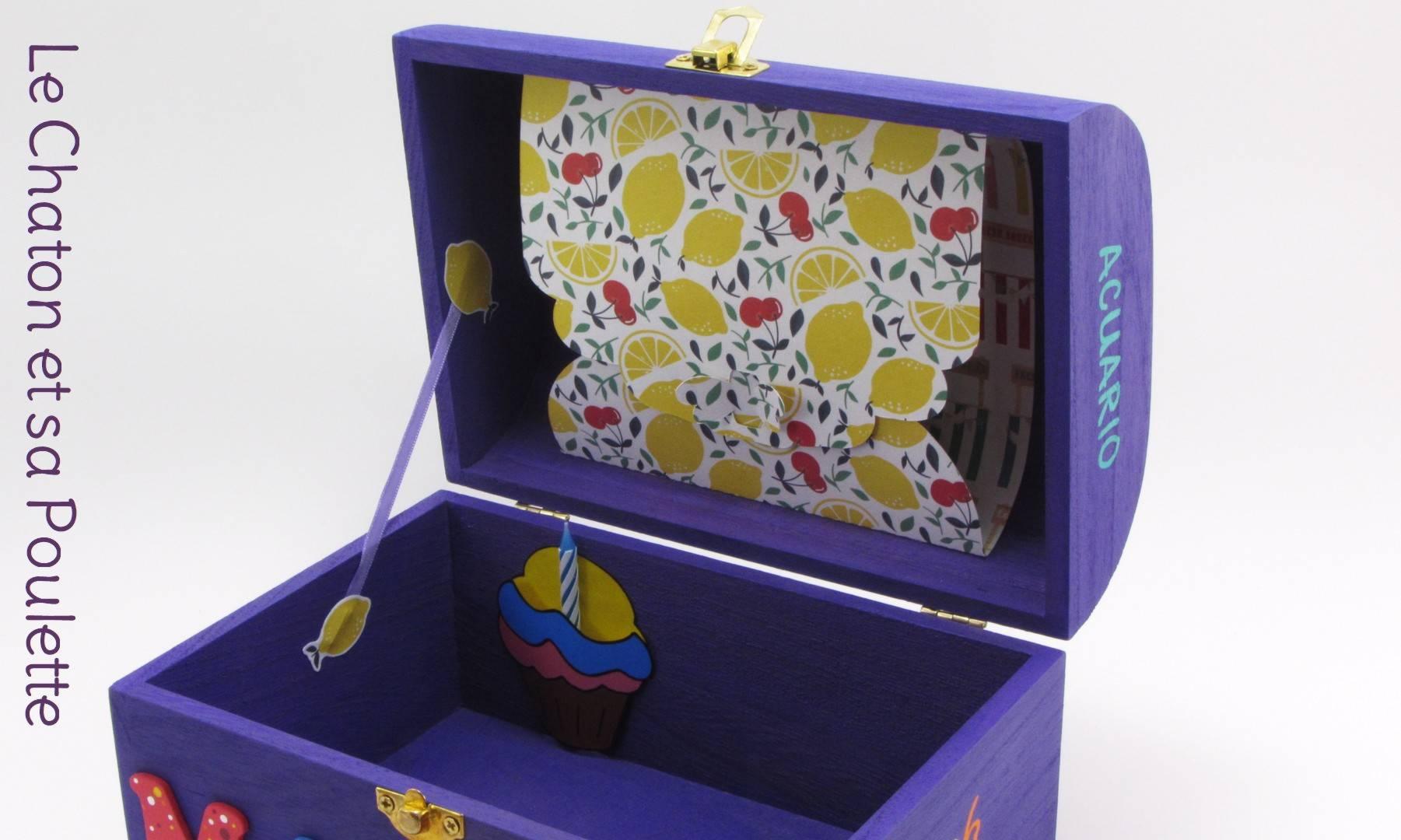 Coffret violet Mateo, intérieur avec pochette cupcake et pochette dans le couvercle