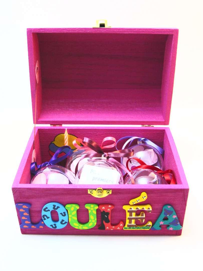 Coffret fuchsia, prénom décoré Louléa, intérieur avec pochette cupcake et boules