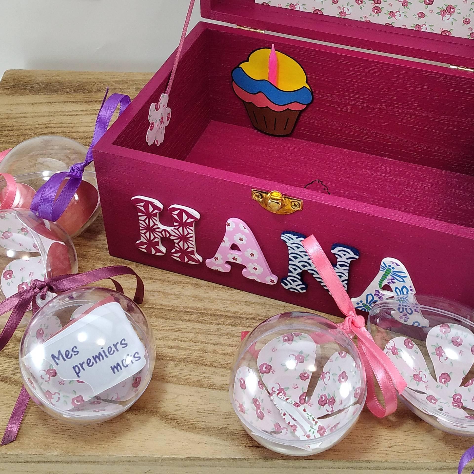 Coffret fuchsia Hana, intérieur avec pochette cupcake, pochette dans le couvercle et boules