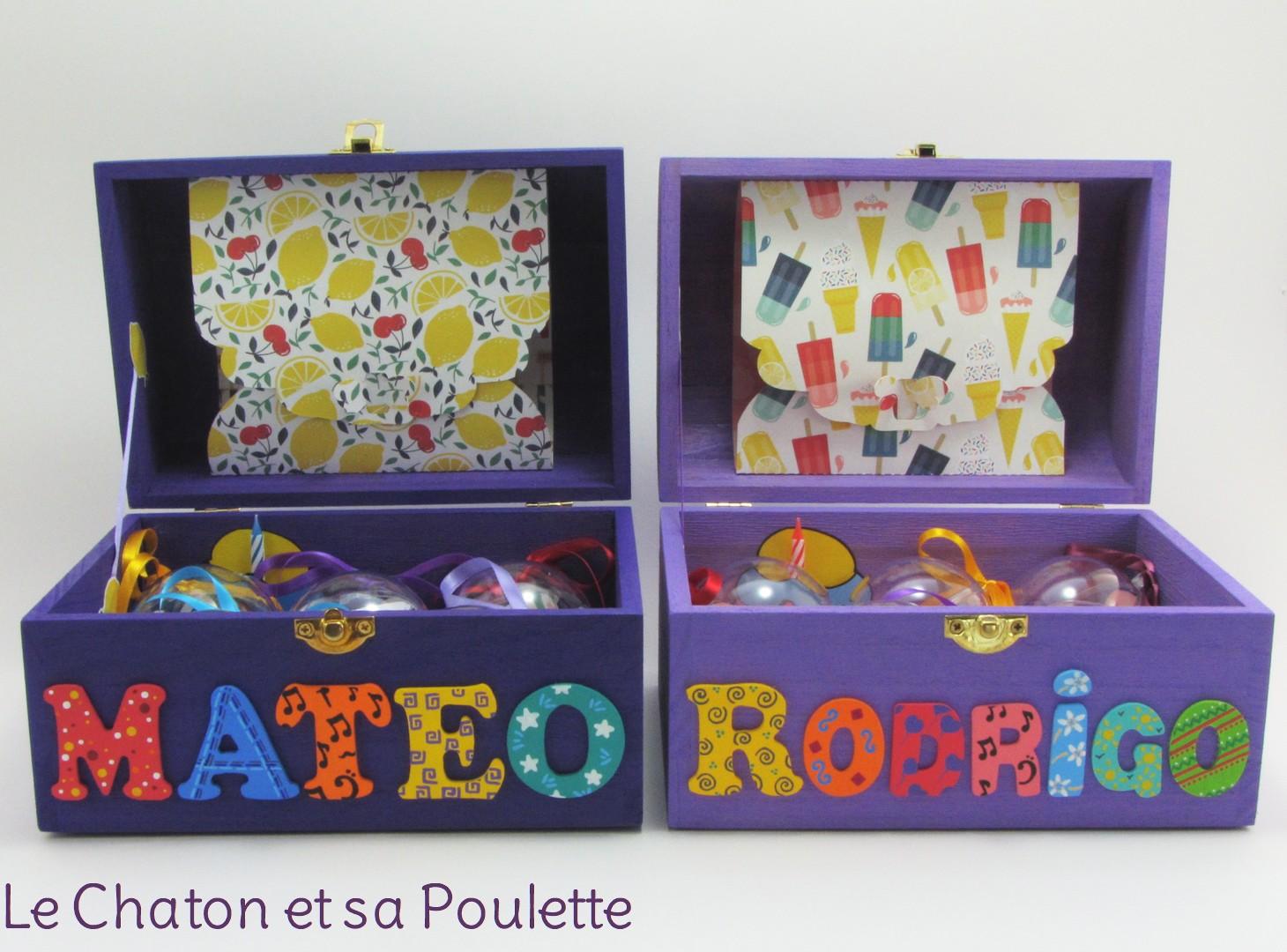 Coffrets violet et lilas, prénoms décorés Mateo et Rodrigo, intérieur avec boules, pochette cupcake et pochette dans le couvercle