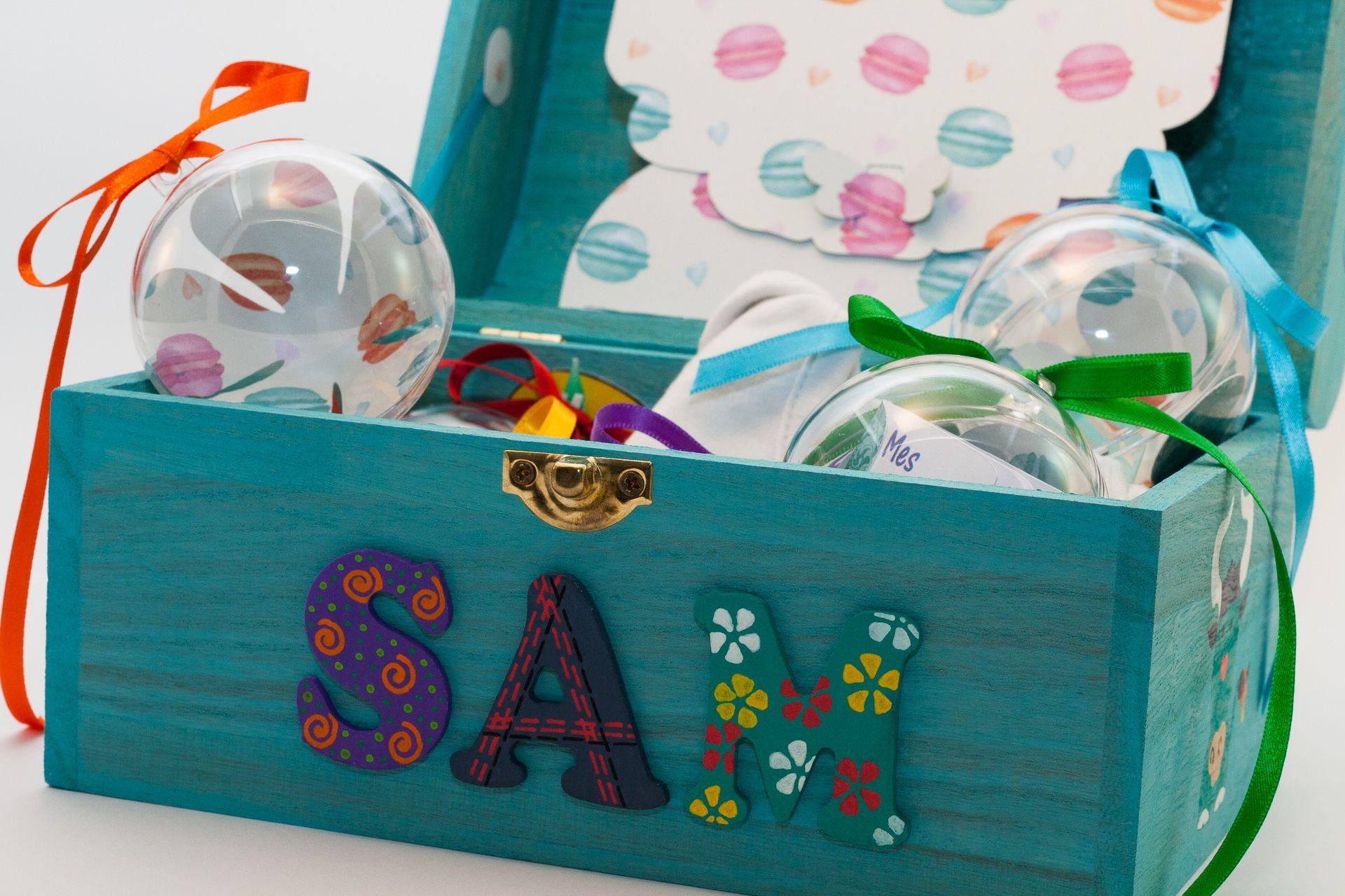 Coffret turquoise, prénom décoré Sam, intérieur avec pochette cupcake, pochette dans le couvercle et boules