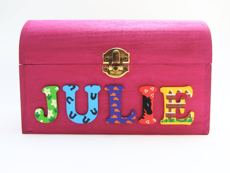Coffret fuchsia, prénom décoré Julie, thème équitation