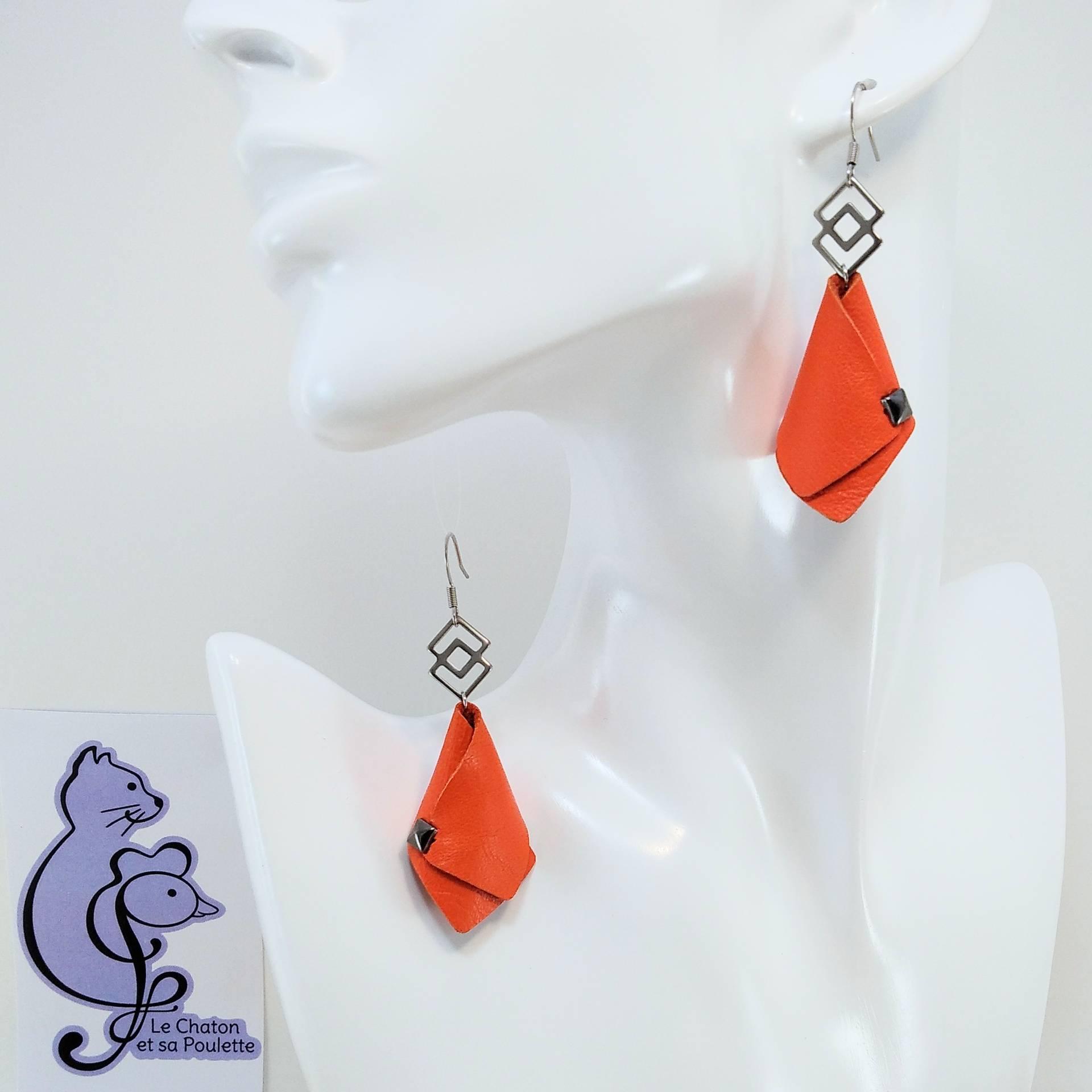 BO FORMIDABLE modèle VAL Cuir orange, breloque inox carrés entrelacés et carré diamant laiton noir