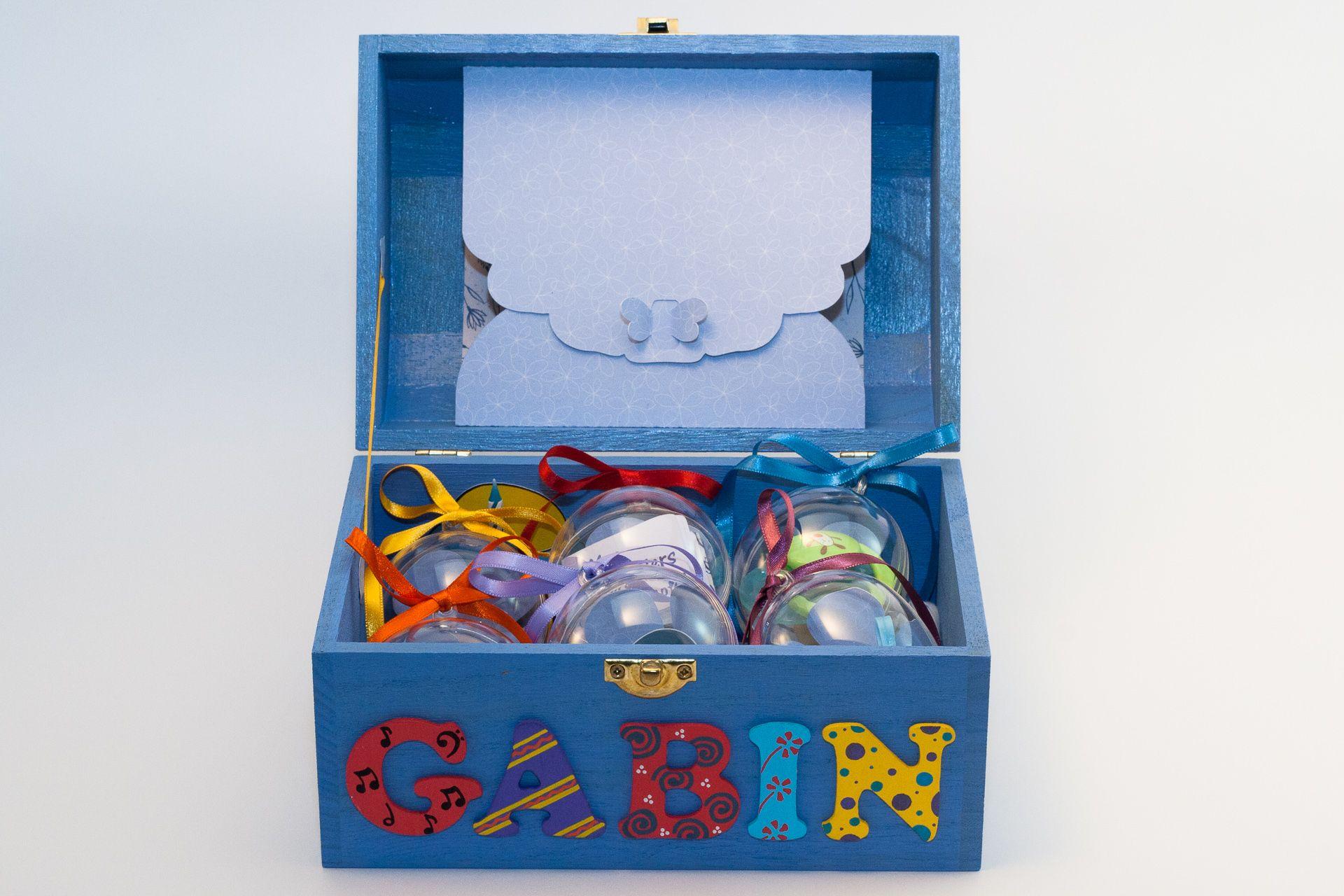 Coffret bleu ciel, prénom décoré Gabin, intérieur avec pochette cupcake, pochette dans le couvercle et boules