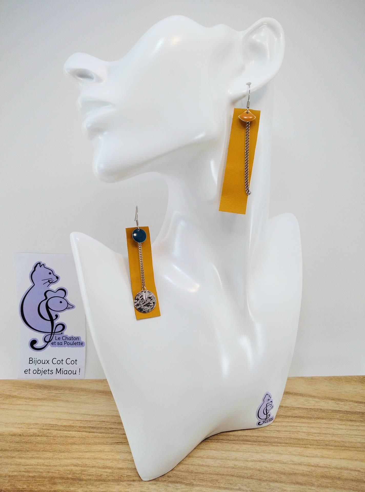 B.O. FORMIDABLE modèle 3 Cuir ocre, breloques résine éventail moutarde et rond bleu canard, breloques inox rond martelé et feuilles et chaine