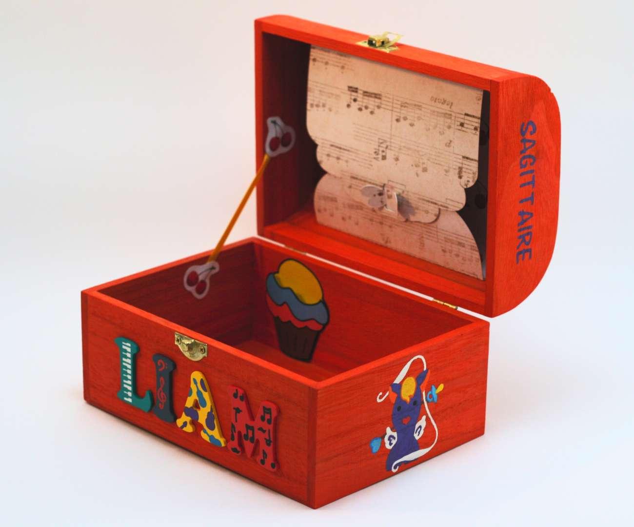 Coffret orange carotte, prénom décoré Liam, intérieur avec pochette cupcake et pochette dans le couvercle