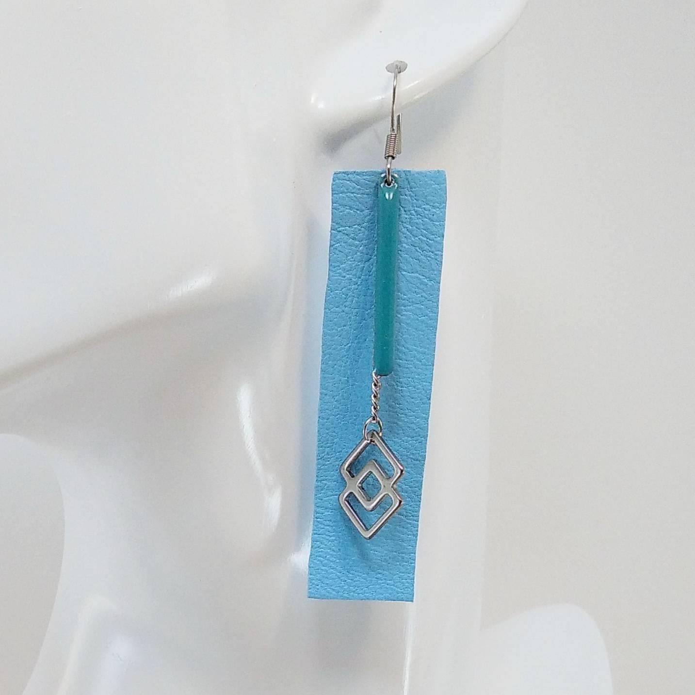 B.O. FORMIDABLE modèle 3 Cuir bleu azur, breloque résine barre turquoise, breloque inox carrés enlacés et chaine
