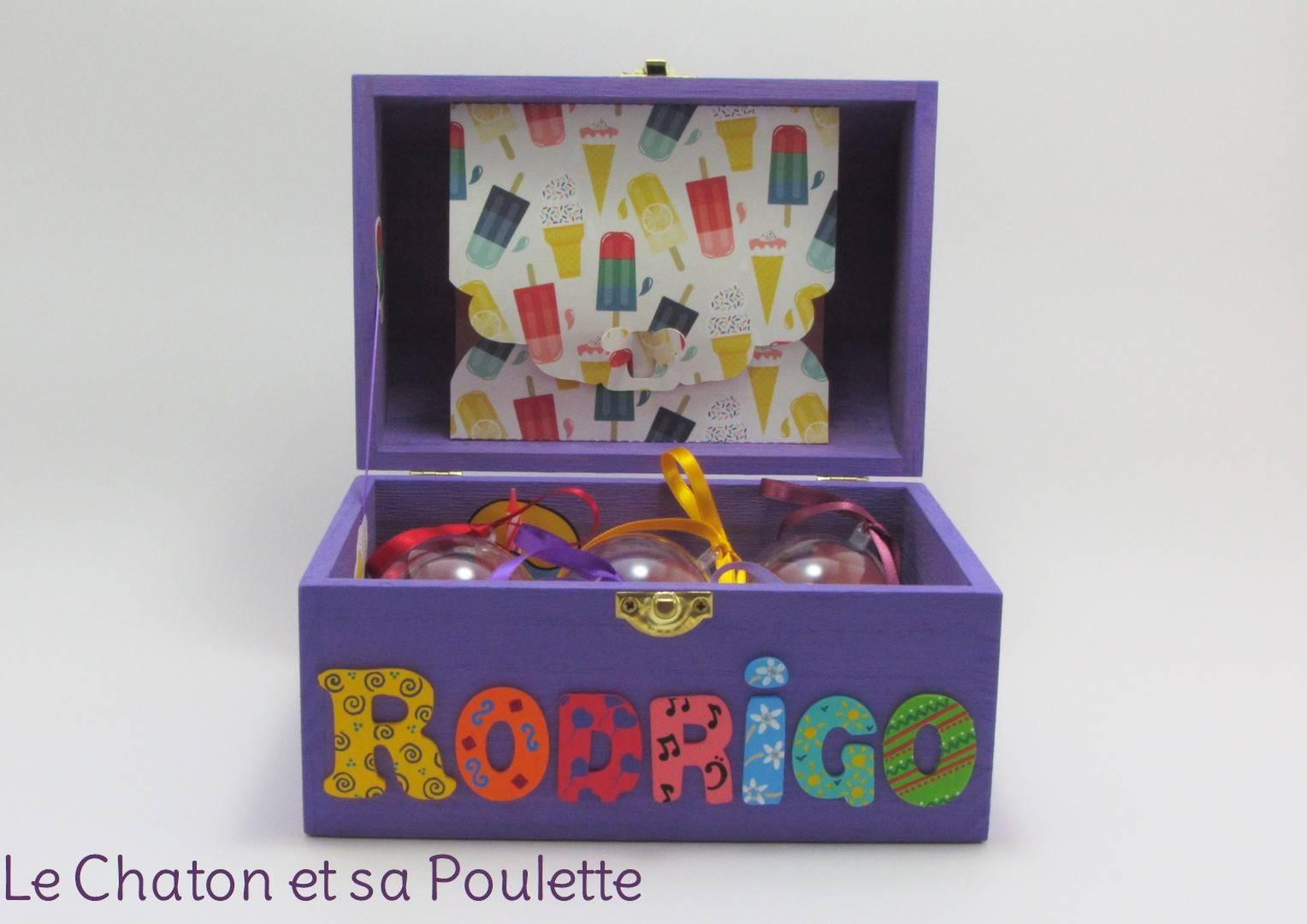 Coffret lilas Rodrigo, intérieur avec pochette cupcake et pochette dans le couvercle et boules